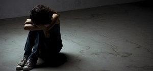 расстроенная девушка сидит на полу