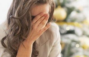 расстроенная женщина закрыла лицо руками