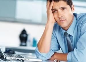 мужчина озадачен проблемами на работе