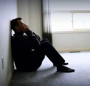 мужчина сидит на полу в стрессовом состоянии