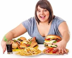 страдающая ожирением женщина готова съесть много еды