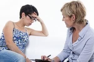 психотерапевт беседует с женщиной