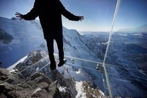 мужчина стоит на стеклянной поверхности