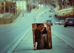 девушка боится открытого пространства и прячется в чемодане