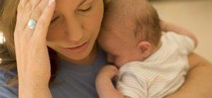 девушка склонила голову и держит ребенка
