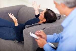 женщина рассказывает о душевных проблемах психотерапевту