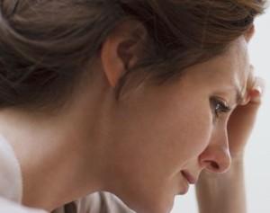 женщину одолевают грусть и тоска