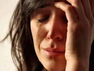 женщина плачет из-за тяжелого душевного состояния