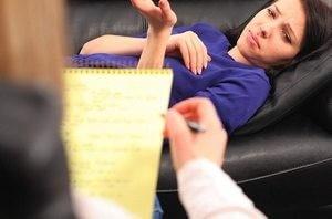 пациентка рассказывает о своих проблемах психотерапевту