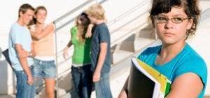 девушка избегает общения со сверстниками