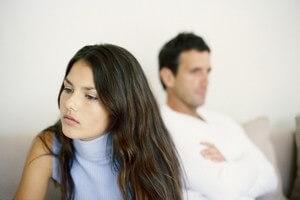 мужчина не показывает своих эмоций по отношению к девушке