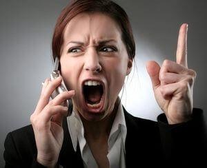 девушка сильно эмоционирует, разговаривая по телефону