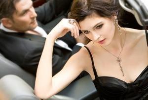 девушка избегает тактильного контакта с мужчиной