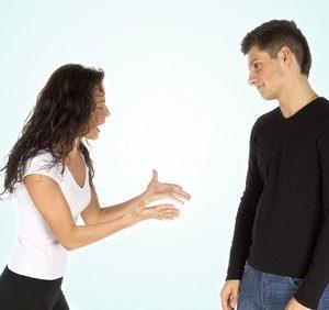 девушка агрессирует при общении с противоположным полом