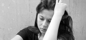 девушка находится в эмоционально подавленном состоянии