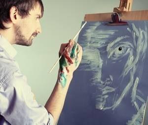 мужчина через рисунки выражает свои эмоции