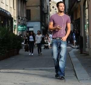 пешая прогулка мужчины