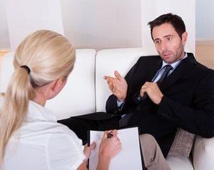 мужчина на приеме у психотерапевта