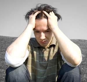 мужчина страдает, так как не способен испытывать положительных эмоций