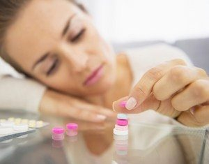 женщина складывает антидепрессанты