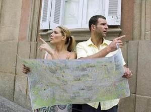 мужчина и женщина с помощью карты определяются с маршрутом движения