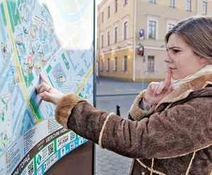 девушка изучает карту местности