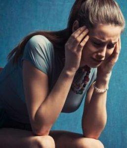 девушка страдает от своих внутренних проблем