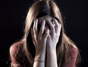 девушка закрыла лицо руками из-за страха