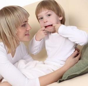 ребенок из-за чрезмерной опеки матери дурачится, не желая взрослеть