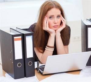 девушка из-за тяжелого эмоционального состояния не справляется с работой, заметно снижение работоспособности