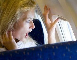 у женщины тревожное состояние из-за присутствия на борту самолета