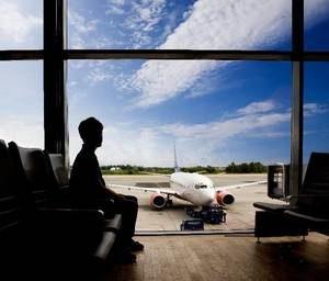 парень сидит в аэропорту