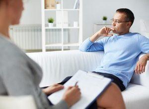 психотерапевт выясняет проблемы пациента