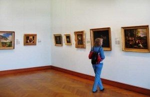 туристка в музее