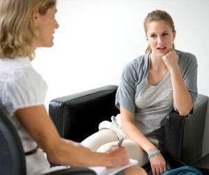 психолог беседует с пациенткой