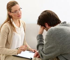 психиатр слушает жалобы пациента