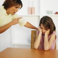 девушка излишне строга с ребенком