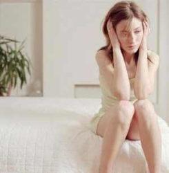 девушку одолевают тяжелые эмоциональные переживания
