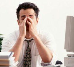 мужчина чувствует постоянную усталость