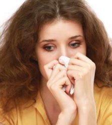 женщина вытирает слезы платком