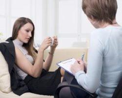 психотерапевт беседует с пациенткой