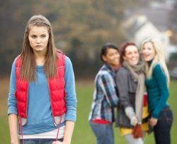 школьница не находит общего языка со сверстницами