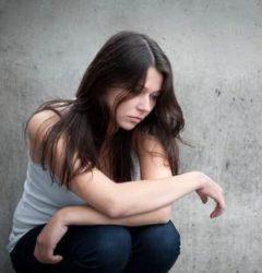 девушка находится в подавленном эмоциональном состоянии