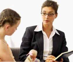 детский психолог разбирается в проблемах девочки