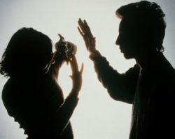 мужчина поднял руку на женщину