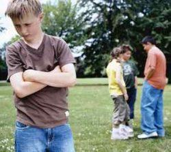 у мальчика неудовлетворительные отношения со сверстниками