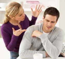 девушка напрашивается на конфликт, провоцируя мужчину своими претензиями