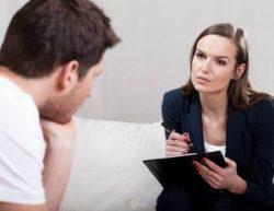 психотерапевт беседует с пациентом