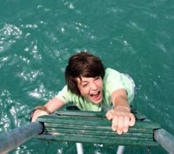 девушка стремится быстрее вылезть из воды