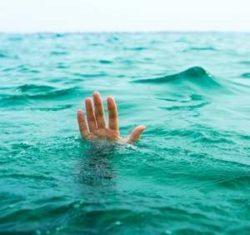 рука человека в море